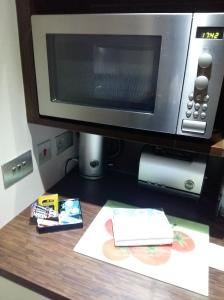 Roomzzz Leeds microwave